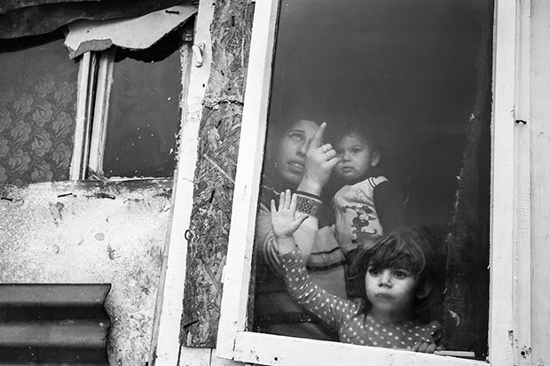 'People of the Pit': Photographer Captures a Dwindling Community in Romania