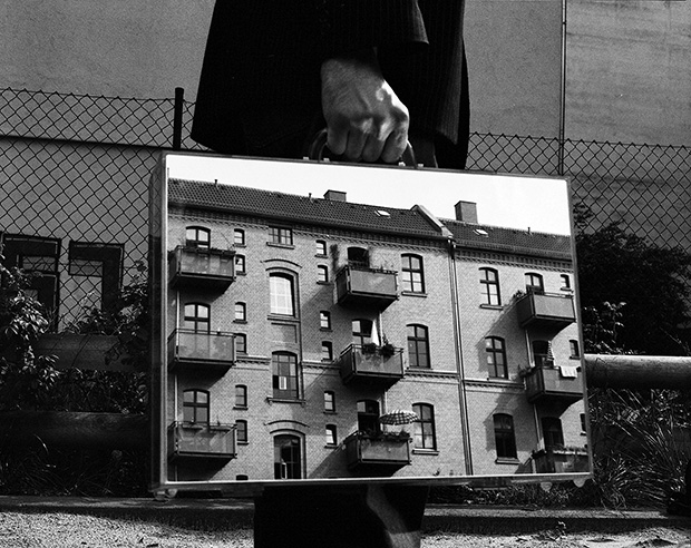 Photo du Jour: 'The Mirror Suitcase Man'