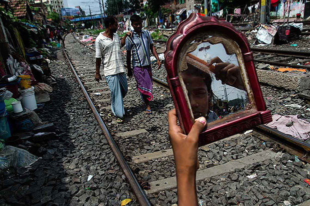 Eye-Opening Photos Shed Light On a Community Living by Railroad Tracks in Kolkata