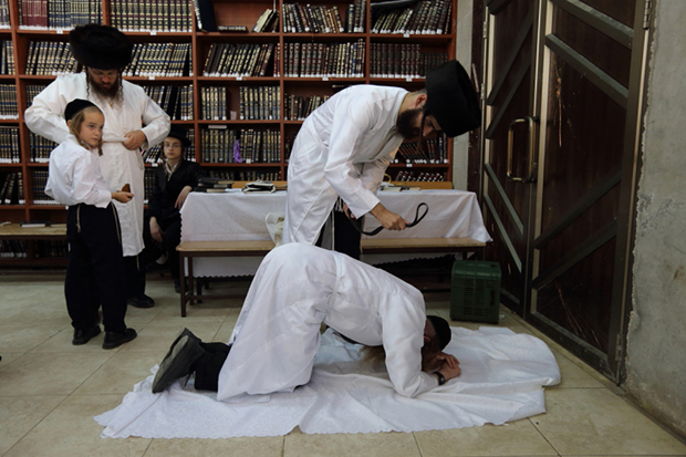 jewish rituals and ceremonies In some ceremonies, the rabbi gives a torn black ribbon to family members to pin on their clothing to signify the loss  jewish death rituals.