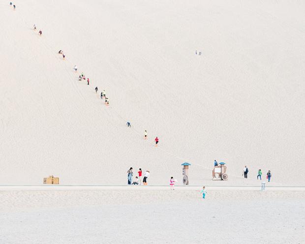 Rhythmic Photos of Tourists Swarming Across the Gobi Desert