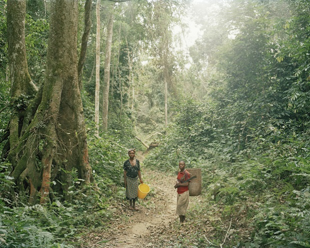 03_Pygmy women on the way to fish in the river,