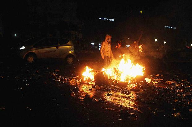138 Confrontations à Nuit Debout entre manifestants et forces de l'ordre, place de la République, poubelle cramée pour empêcher les camions de CRS de passer, 2016