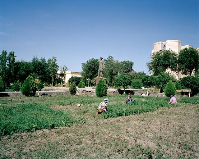 marco-barbieri-uzbekistan-gardeners