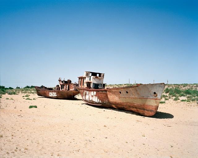 marco-barbieri-water-in-the-desert-two-boats