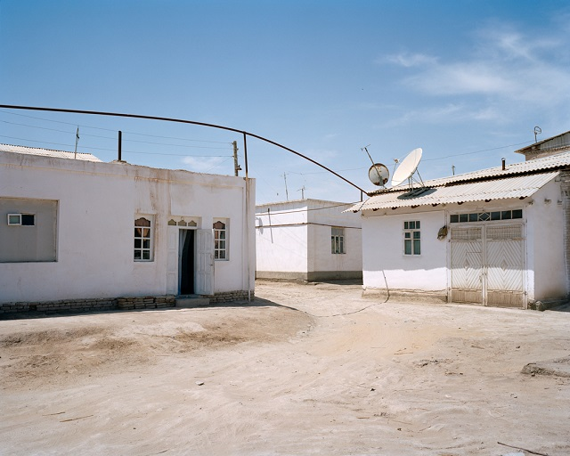 marco-barbieri-water-in-the-desert-white-buildings